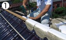 金具で固定した棟木に「TSB棟面戸」を直接留め付けていきます。