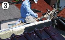 接着材を塗布した「TSB棟面戸」に漆喰を塗ります。